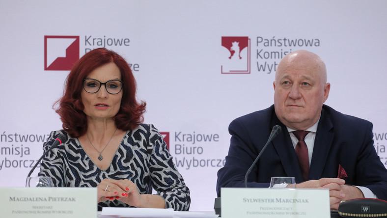 Przewodniczący Państwowej Komisji Wyborczej Sylwester Marciniak i szefowa Krajowego Biura Wyborczego Magdalena Pietrzak podczas konferencji prasowej PKW dot. zakończenia głosowania