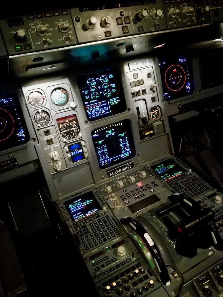 Kokpit w symulatorze jest identyczny jak ten w A330. Pochodzi z tej samej fabryki co kabina montowana w samolocie.