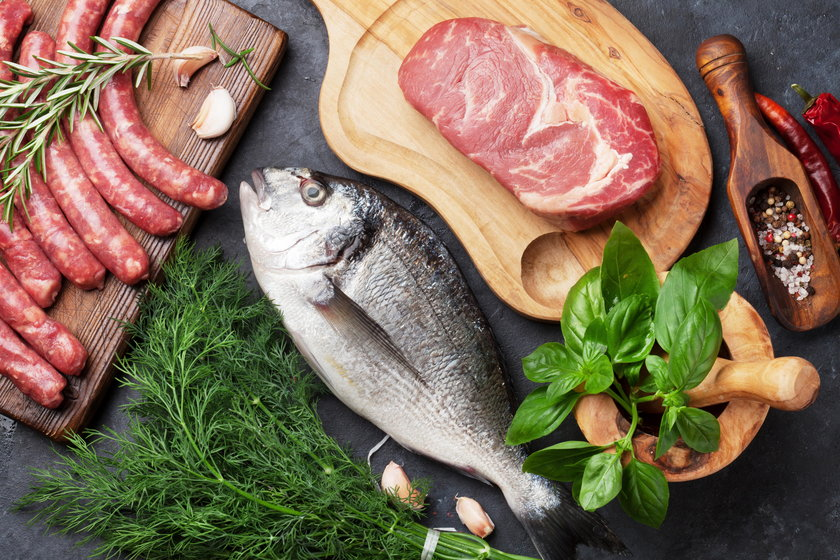 Dziennie można skonsumować 140 gramów mięsa lub ryby, co oznacza porcję bitek czy sałatkę ze śledzi i jeszcze będzie rezerwa na kilka plasterków np. pieczonego mięsa do kanapki na śniadanie