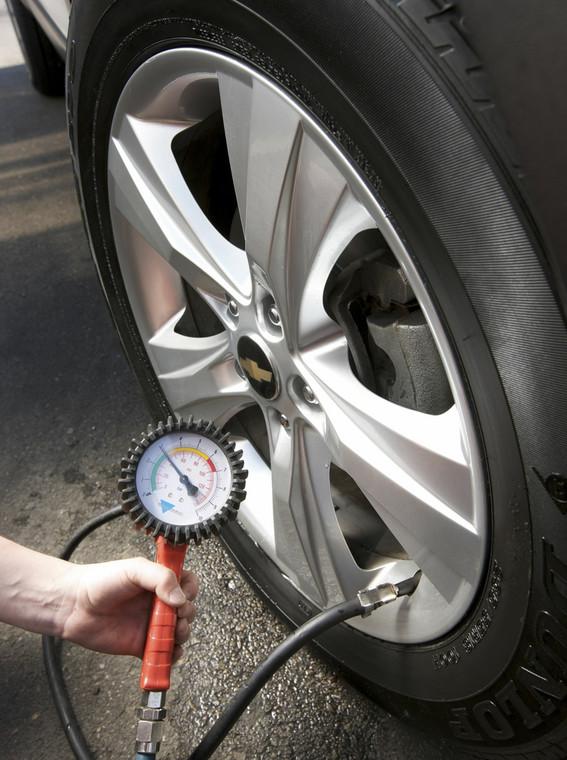 Napompuj koła. W pełni załadowany samochód potrzebuje większego ciśnienia w oponach