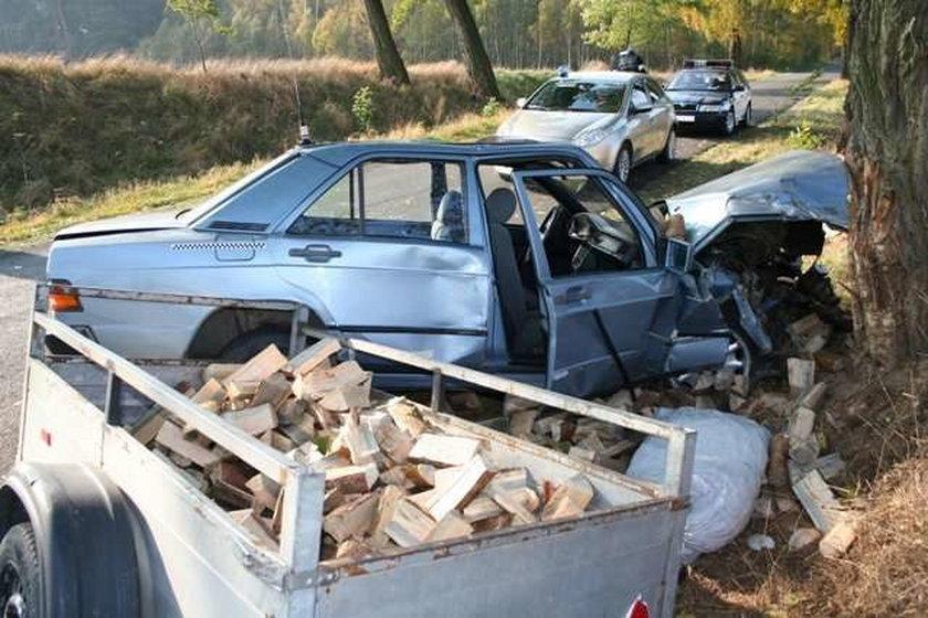 Mercedes rozbił się na drzewie. Awaria auta?
