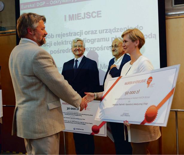 Dr inż. Janusz Wróbel odbiera główną nagrodę od Ewy Świstuniuk, prezesa Infor Biznes, wydawcy DGP