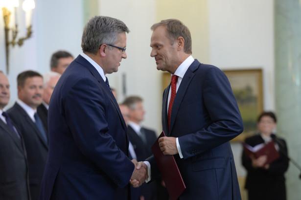 Premier Donald Tusk i Bronisław Komorowski podczas uroczystości przyjęcia przez prezydenta RP dymisji Rady Ministrów. Fot. PAP/Jacek Turczyk