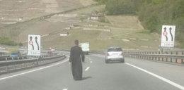 Polski ksiądz oszalał na autostradzie? A może doznał objawienia?