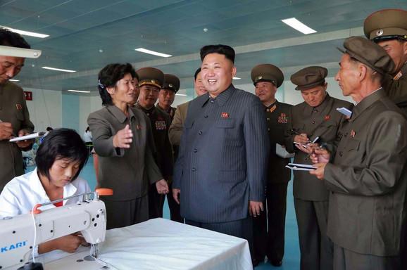 Kim Džong Un u poseti tekstilnoj fabrici