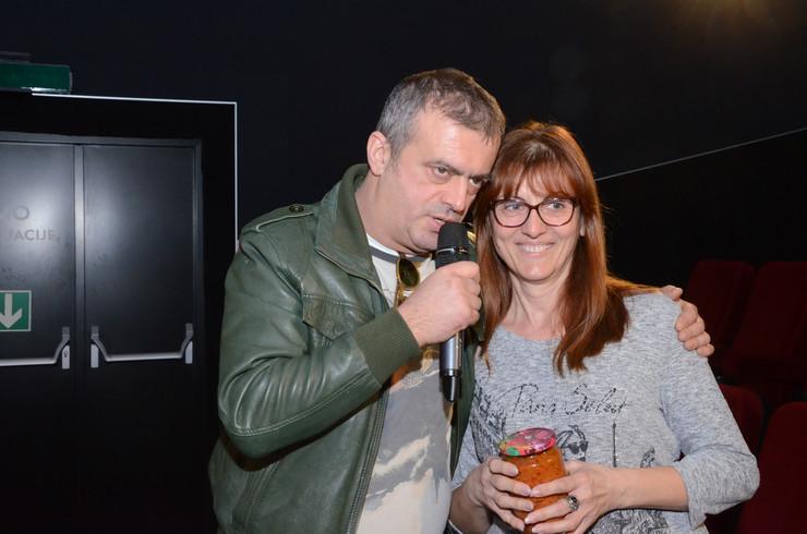 Sergej sa gledateljkom koja je dobila poklon