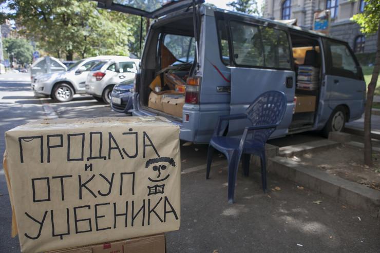 Jedan od kombija s udžbenicima u Kosovskoj ulici