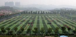 Chińczycy zbudowali największą fabrykę futbolu. To aż 50 boisk
