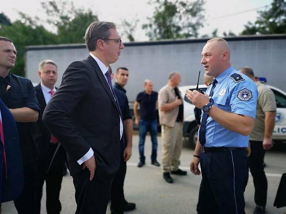 Vučić se raspravlja sa albanskim policajcima
