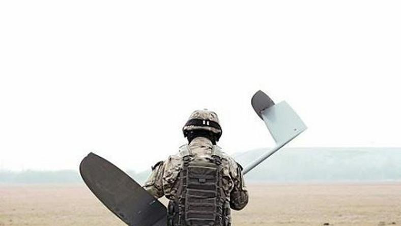 Polskie przedsiębiorstwa zaczynają odnosić sukcesy w produkcji samolotów bezzałogowych. Jedną z wiodących na rynku firm jest WB Electronics, dzięki której nasz kraj wchodzi do czołówki producentów dronów wykorzystywanych przez wojsko. Pierwsza publiczna prezentacja samolotu miała miejsce w czerwcu 2010 r. na Eurosatory w Paryżu. Prędkość maksymalna FlyEye dochodzi do 170 km/h, a zasięg przy przemieszczającej się stacji naziemnej wynosi 300 km. Drony były wykorzystywane w ramach misji w Afganistanie przez żołnierzy JW NIL