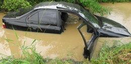 BMW wpadło do wody podczas ucieczki przed policją. W środku była grupa nastolatków