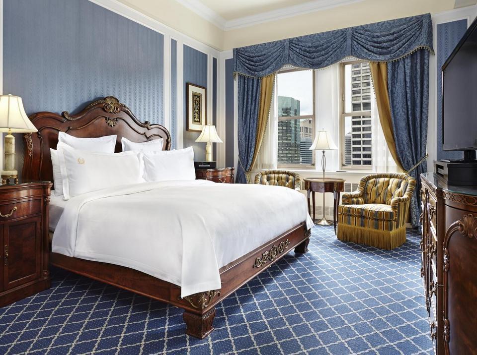 Apartamenty znajdujące się w wieży hotelu są największe i najbardziej eleganckie. Ten apartament z jedną sypialnią i salonem ma 500 stóp kwadratowych, a cena za dobę zaczyna się od 715 dolarów. Apartament na najwyższym piętrze kosztuje nawet 4320 dolarów za dobę.