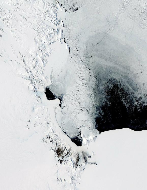 Polinije blizu antarktičke obale su uobičajene, poput ove kod ostrva Ros, snimljene 16. novembra 2011.