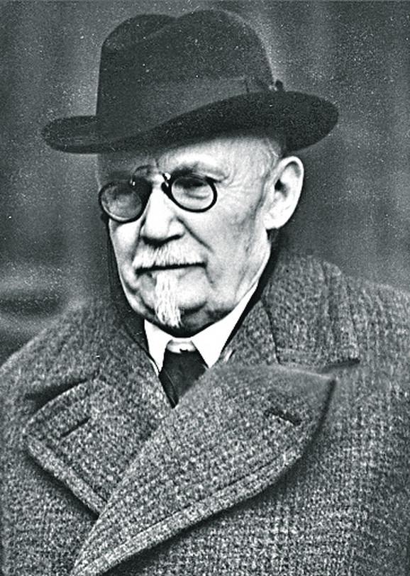 Slobodan Jovanović je Gimnaziju završio u Beogradu, a potom se školovao u Minhenu, Cirihu, Ženevi i Parizu.
