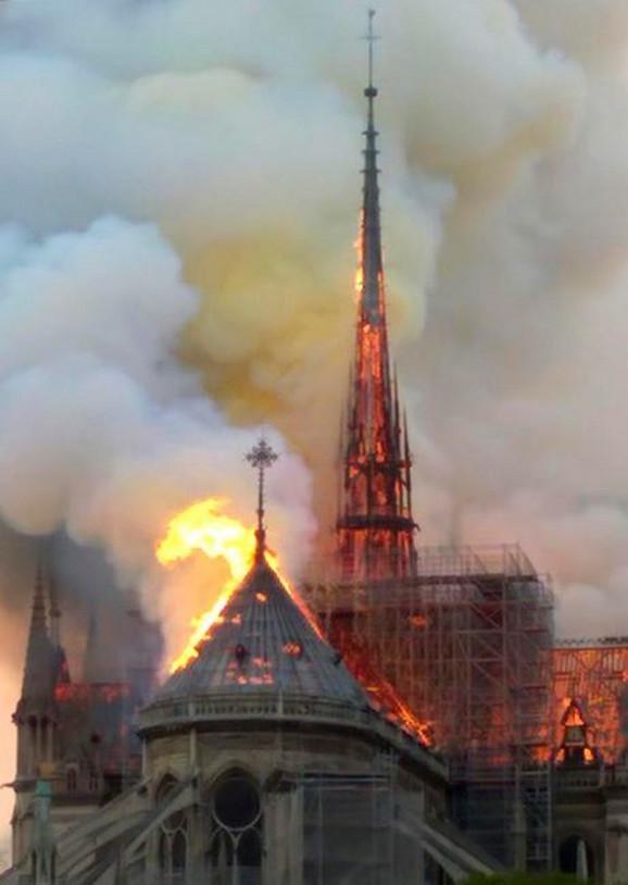 Požar u čuvenoj pariskoj katedrali