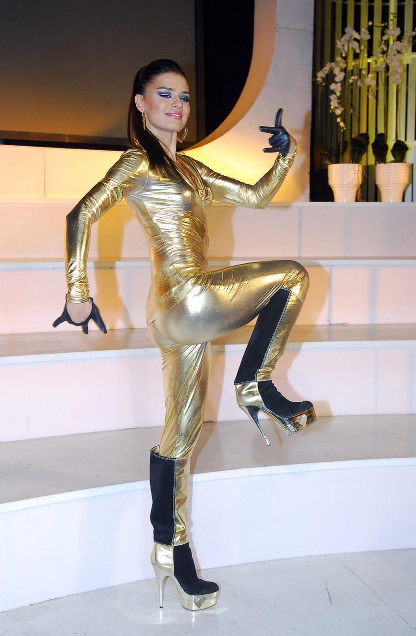 Natasza Urbańska z złotym kombinezonie