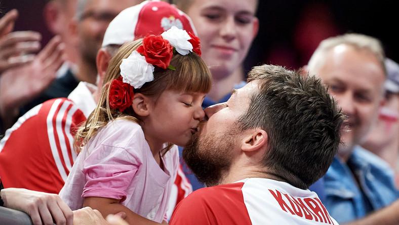 Radość reprezentanta Polski Michała Kubiaka (P) i córeczki Zoi (L) po wygranym meczu ćwierćfinałowym mistrzostw Europy siatkarzy z Rosją
