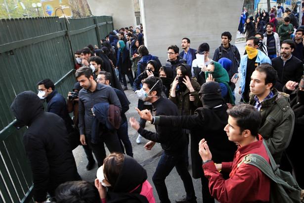 """Studenci mieli wznosić okrzyki: """"Śmierć dyktatorowi!"""", które odnosiły się do Ajatollaha Ali Chameneiego, Najwyższego Przywódcy Islamskiej Republiki Iranu"""