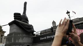 Londyn: na słynnym Trafalgar Square pojawił się... gigantyczny kciuk