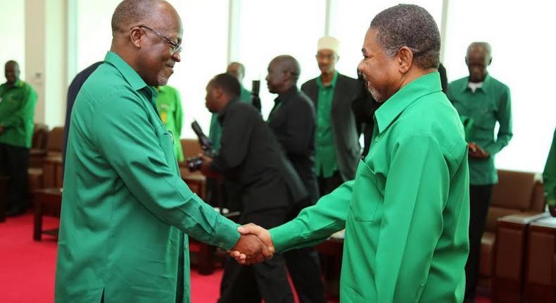 Tanzanian President John Magufuli (L) with Zanzibari President Ali Mohamed Shein