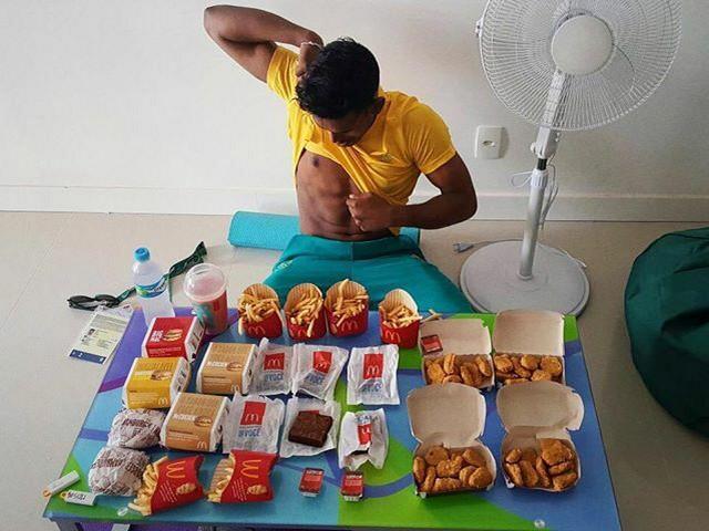 Sevan Serasinge sa prvim obrokom posle učešća u Riju