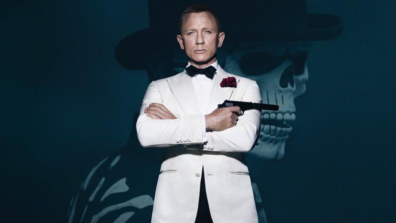 Najnowsze dzieło o przygodach Jamesa Bonda ma imponujący budżet ponad 300 milionów dolarów, z czego 36 milionów, a według innych źródeł nawet 48 milionów dolarów, kosztowały samochody zniszczone podczas zdjęć. Na tym jednak nie koniec ekstrawaganckich wydatków. W nowym filmie James Bond nosi garnitury od Toma Forda, w tym marynarkę Windsor wartą ponad 5 tysięcy dolarów. Inne garnitury od Forda, w których się pokazuje kosztują od 2235 dolarów do 4086 dolarów. Do tego dochodzi kilka koszul, dwa płaszcze, cztery krawaty czy mucha. James prezentuje się również w kaszmirowym swetrze za 340 dolarów czy kurtce za ponad 200 dolarów oraz okularach słonecznych Vuarnet za 600 dolarów.