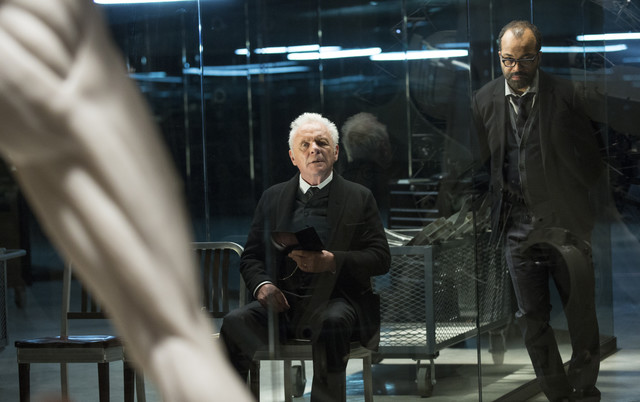 """Entoni Hopkins i Džefri Rajt u seriji """"Zapadni svet"""""""