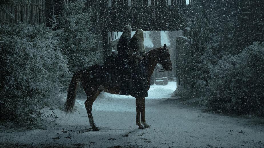 """""""Wiedźmin"""" - kadr z serialu. Na zdjęciu: Henry Cavill i Freya Allan"""
