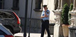 Strażnicy pilnują urzędu, a menele rządzą miastem