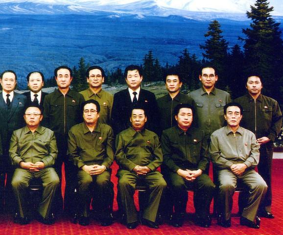 Kendži Fudžimoto sa državnim vrhom Severne Koreje (drugi red desno). Kim Il Sung je dole levo