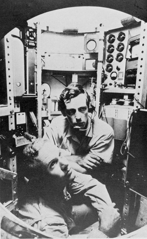 Don Walsh (pierwszy plan) i Jacques Piccard w kabinie batyskafu Trieste