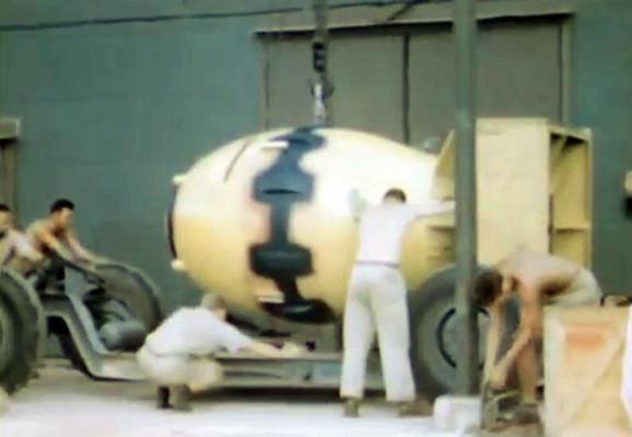 Pripreme pre nego što će uzleteti avion koji je poneo atomsku bombu