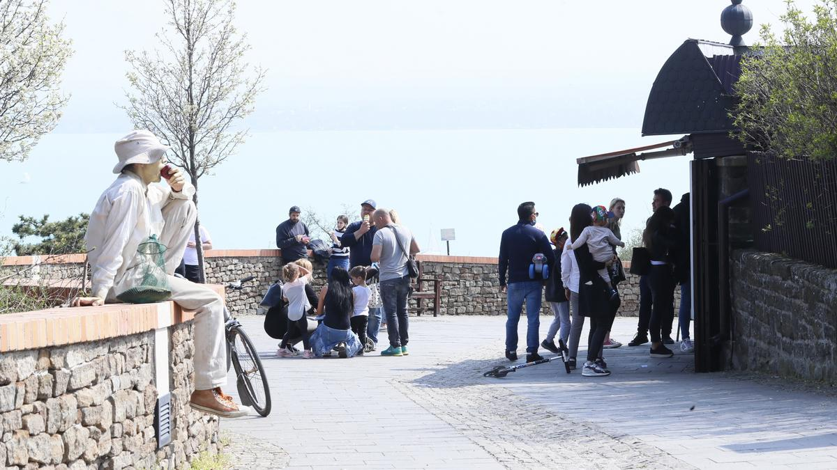Hiába a többszöri figyelmeztetés, mintha meg sem hallanánk: hömpölygő tömegeket vitt a húsvéti nyuszi a Balatonra a pandémia idején