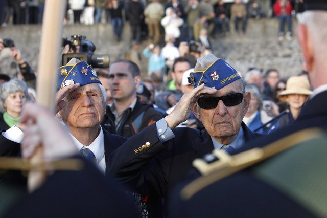 Salutiranje: Američki veterani Hal Baumgartner (90, desno) iz Pensilvanije i Stiv Melnikof (94) sa Rod Ajlenda tokom komemoracije poginulim saborcima na Omaha Biču, gde je stradalo 3.000 saveznika i 1.200 Nemaca
