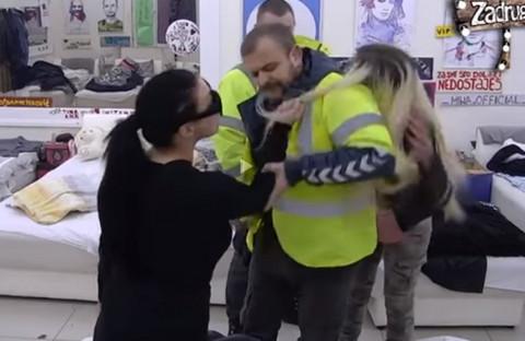 """Ženska tuča u """"Zadruzi"""": Zerina ČUPALA Doroteu, obezbeđenje ih je jedva razdvojilo! VIDEO"""