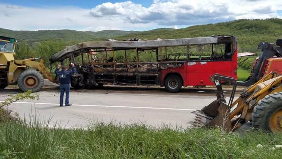 Autobus je nakon sudara potpuno izgoreo