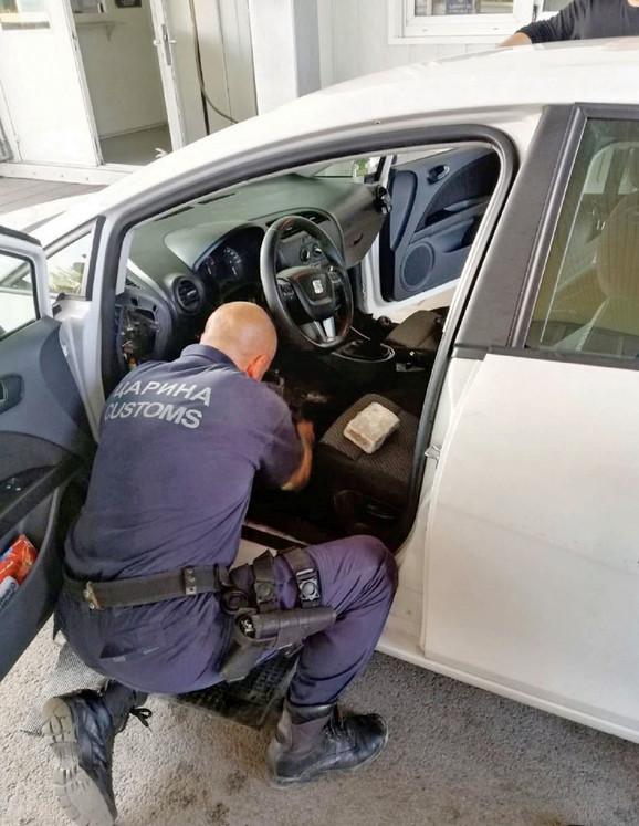 Carinik zaustavio sumnjivi automobil u kom je i pronašao veliku količinu narkotika