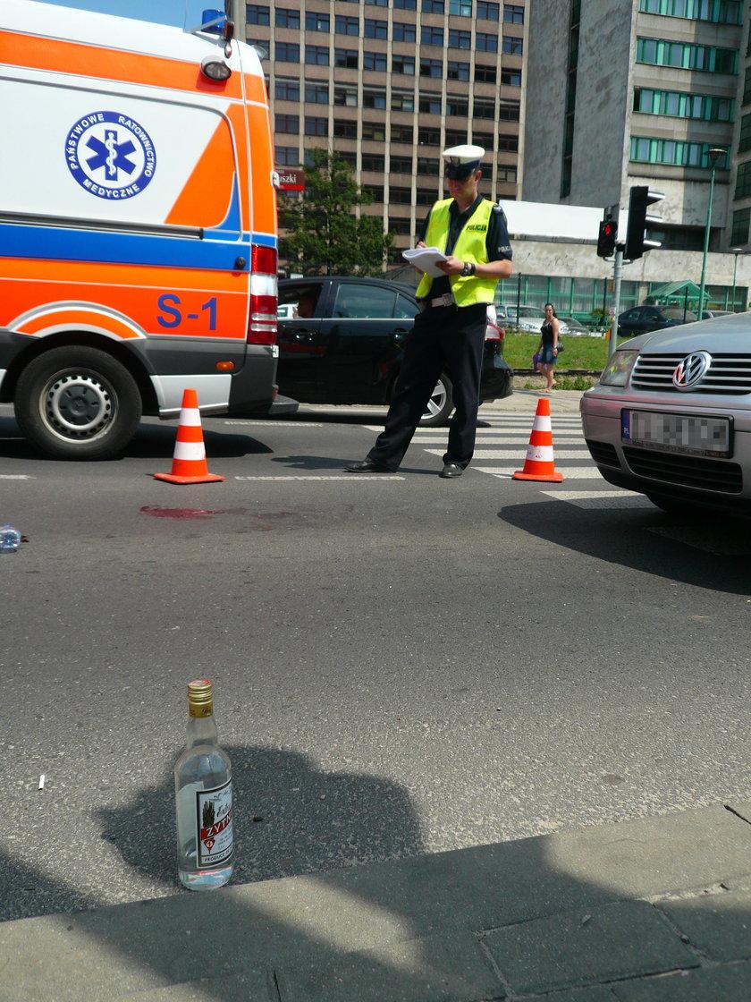 butelka wódki stoi na ulicy
