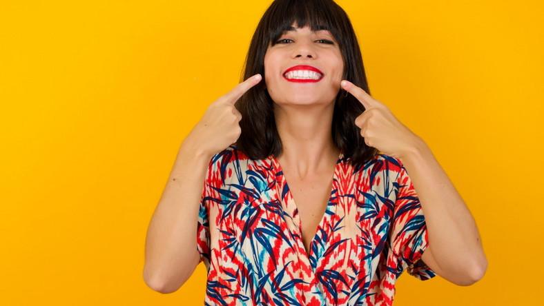 Kobieta pokazuje zęby