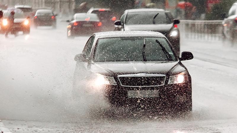 Podczas deszczu należy mieć włączone światła mijania