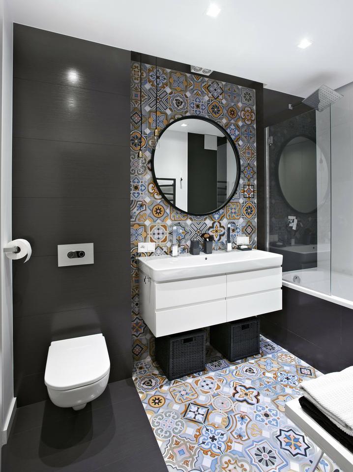 PŁYTKI o wzorach inspirowanych azulejos (firma Vives) zestawiono z gresem w grafitowym odcieniu (Atlas Concorde).