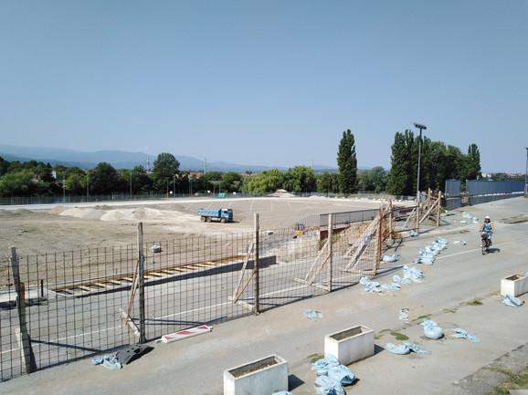 Kašnjenje radova gradske vlasti su pravdale lošim vremenom i obećavale da će sve biti gotovo do 24. avgusta, ali stadion je daleko od gotovog