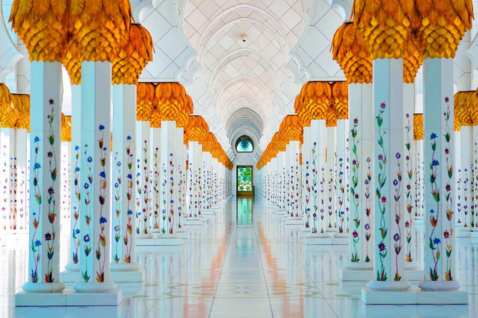 Bela i zlatna boja na 1.096 stubova predstavljaju reke meda i mleka koje teku na onom svetu