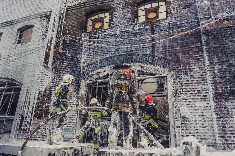 Pożar hali z tekstyliami w Raciborzu