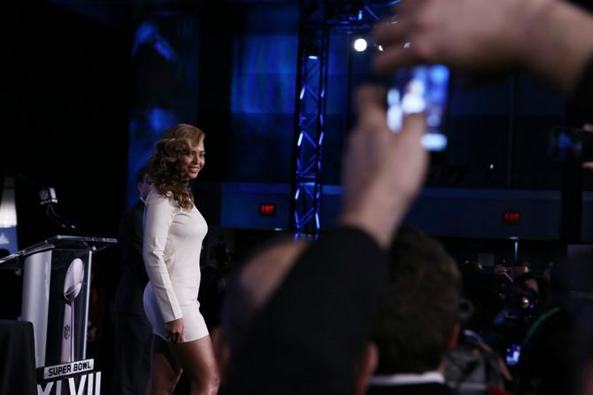 Bijonse na Super Boulu 2013. godine  Atraktivna bela haljina sa plaštem posuta sitnim kristalima kritičarima je zasmetala zbog dubokog dekoltea, ali mnogi su odmah skočili da je odbrane i napomenuli kako je Bijonse jednom izvodila himnu u vrlo kratkoj mini haljini. Za Bijonse niko nije imao nijednu lošu reč.
