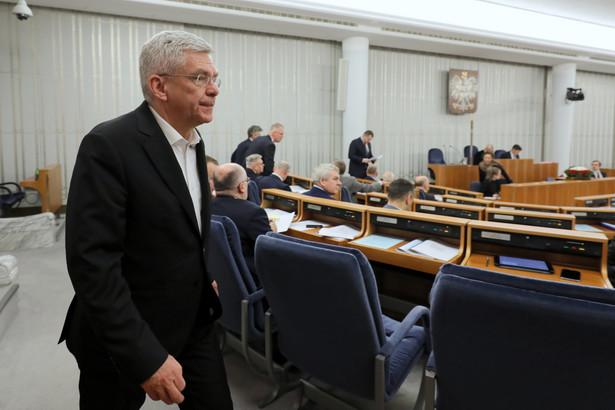 Po wysłuchaniu konferencji posłów KO dokonałem analizy prawnej i podjąłem decyzję o skierowaniu w piątek przeciwko nim pozwów do sądu, ponieważ zostały podane nieprawdziwe informacje, które szkalują moją osobę i mój wizerunek - poinformował w czwartek wicemarszałek Senatu Stanisław Karczewski.