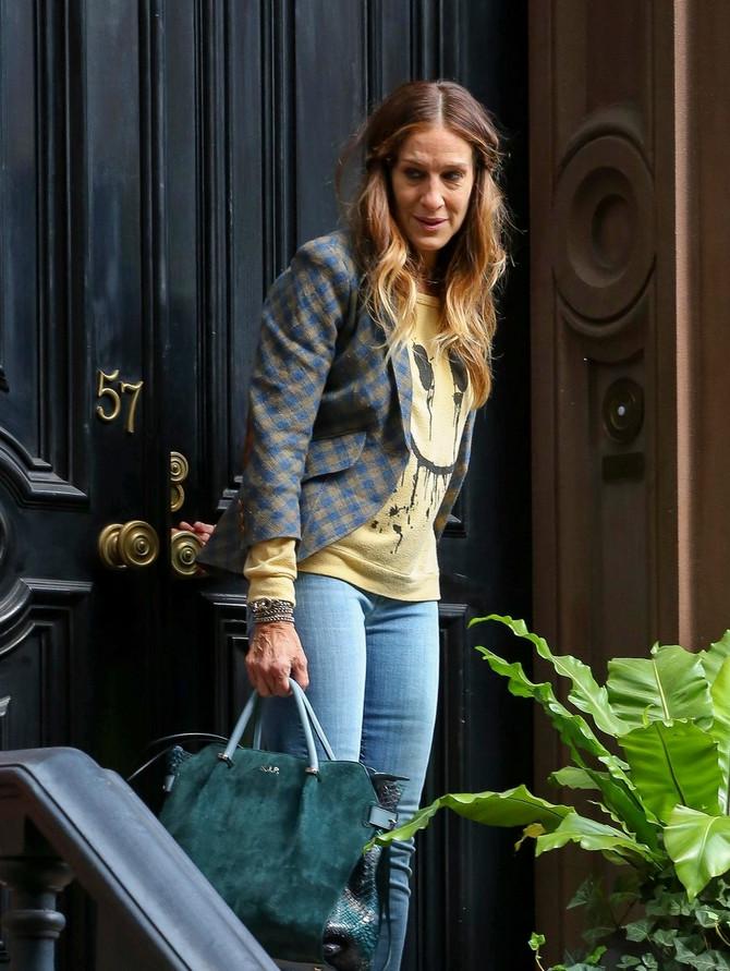 Glumica ispred svog stana u Njujorku