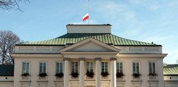 Opuszczone flagi i księgi kondolencyjne po śmierci Mazowieckiego