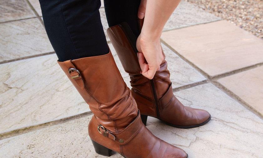 kobieta w skórzanych butach