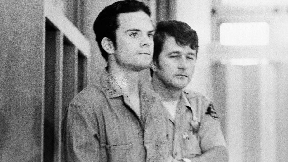 Herbert Mulllin (po lewej) w asyście strażnika